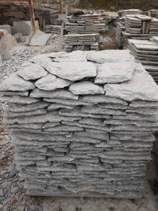Rivestimento in pietra di Luserna a spacco colore grigio blu selezionato