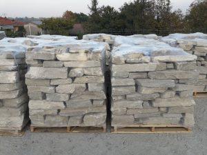 Sassi Blochi per muro antichi In pietra di Luserna a stock