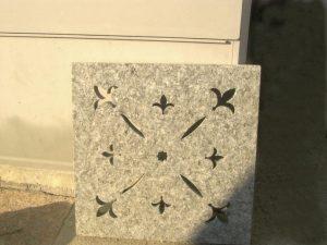 Caditoia tombino in pietra di Luserna lavorata fiammata e spazzolata.