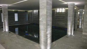Colonne e pavimento e rivestimenti in pietra di Luserna fiammata e spazzolata.