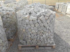 Cubetti in pietra di Luserna su bancale formato 8-10 colore misto