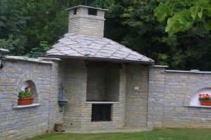 Muri rivestiti in liste di pietra di Luserna copertura tetto con lose alla valdostana