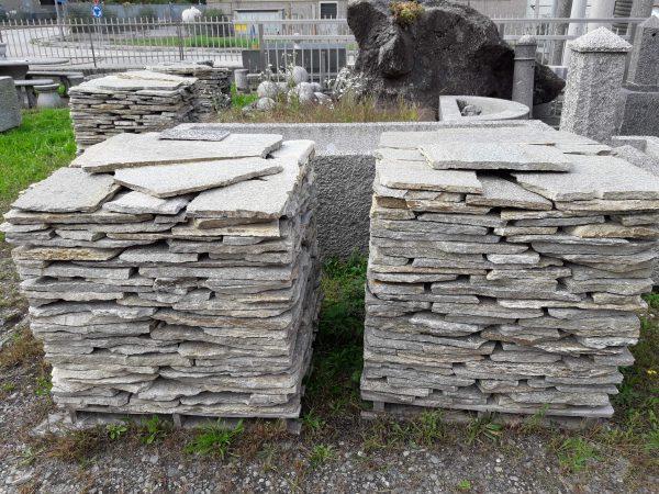 Offerta a stock mosaico in pietra di Luserna per pavimenti.
