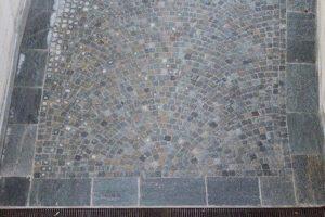 Pavimento con cubetti di Luserna colore misto