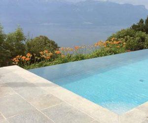 Pavimento esterno piscina in pietra di Luserna colore misto coste segate a macchina