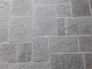 Pavimento quadrettoni in Luserna posa alla romana o scozzese