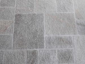 Pavimento in pietra di Luserna posa alla romana scozzese coste martellinate