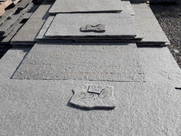 Piastrelle quadre in pietra di Luserna per pavimento colore grigio blu. c8e6e3966673