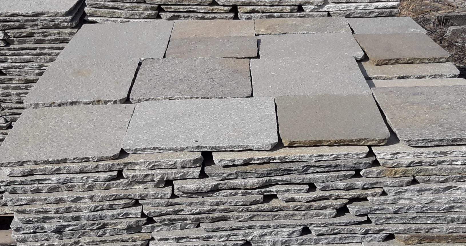 Il meglio della pietra di luserna per esterni e interni for Piastrelle finta pietra