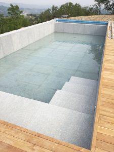 Rivestimenti piscina con pietra di Luserna fiammata anti scivolo per esterni.