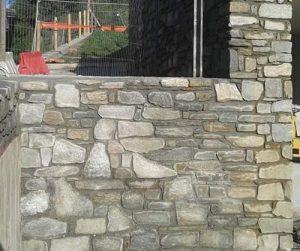 Rivestimento parete con pietra di Luserna formato misto irregolare