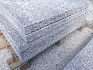Scalini in pietra grigia spacco naturale con coste lavorate alla punta