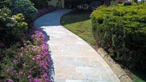 Vialetto giardino rivestito con piastrelle in pietra di Luserna colore misto