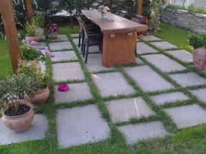 Pavimento giardino posa a secco piastrelloni in pietra di Luserna