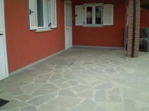 Esterno abitazione residenziale con mosaico di Luserna colore misto.