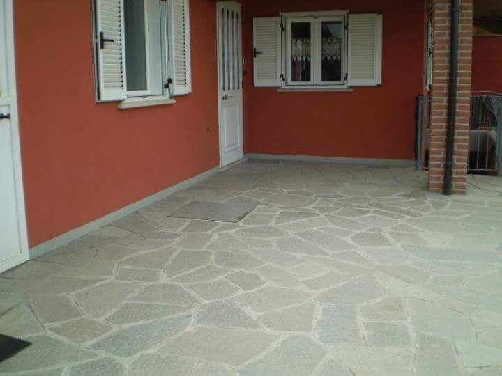 esterno abitazione residenziale con mosaico di Luserna colore misto