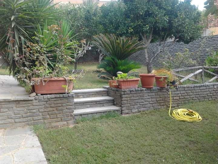 giardino con rivestimenti, pavimenti e scale in pietra di Luserna