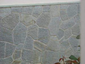 Rivestimento in pietra di Luserna a mosaico colore misto.