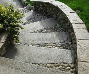 Immagini scala esterna in pietra naturale di Luserna spaccata naturale pedate a pezzi singoli