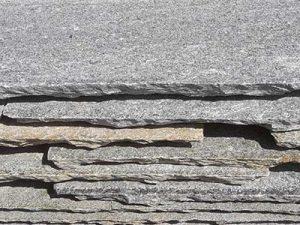 Piastrelloni in pietra di Luserna in offerta stock
