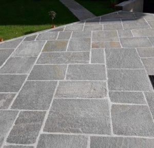 Piazzale esterno con quadratoni in pietra di Luserna a spacco naturale.