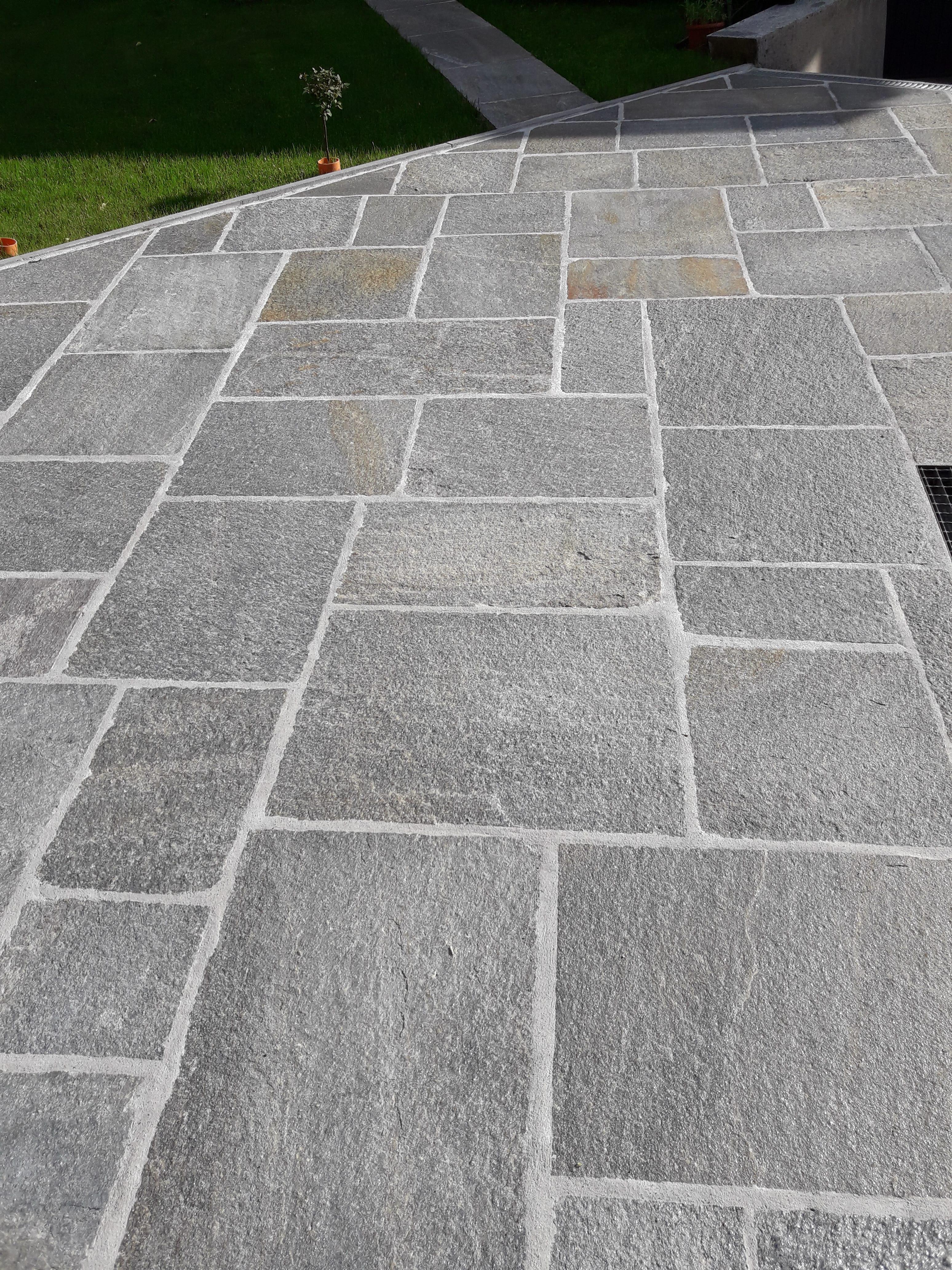 Pavimento esterno con pietra di luserna quadatoni posa alla scozzese.