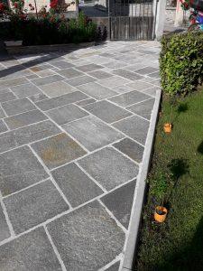 Piazzale esterno garage con piastrelle in pietra di Luserna a spacco naturale.