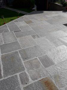 Stock quadratoni per pavimento in pietra di Luserna a spacco naturale.